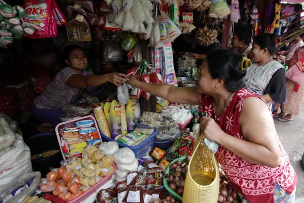 Khin Wee Yee gets food